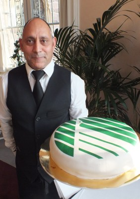 Ashraf Awassi med tårta