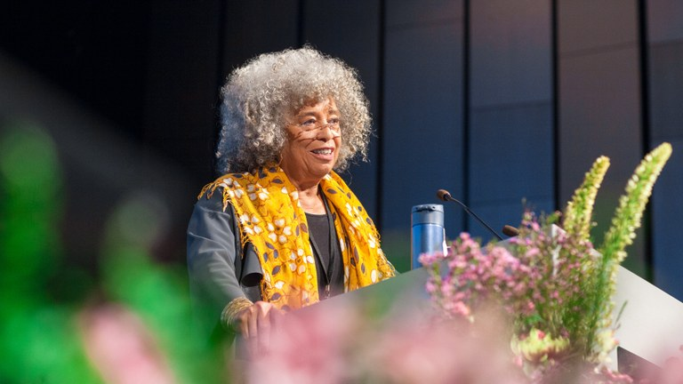 Angela Davis i Reykjavik: Vi måste se de strukturella krafterna som stöttar våldet